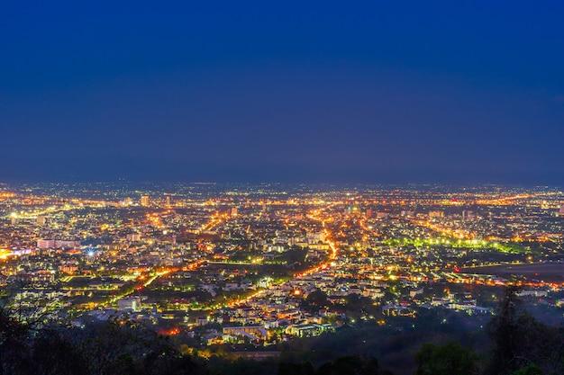 Bekijk stadsgezicht over de kleur van de lichten en het stadscentrum