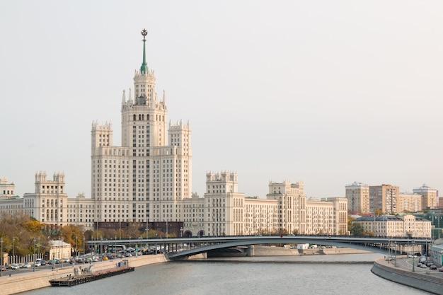 Bekijk stadsgezicht van moskou met rivier de moskva.