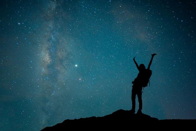 Bekijk universum ruimte shot van melkweg met sterren op nachtelijke hemel