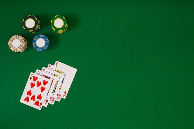 Bekijk van bovenaf met kopie ruimte. mockup voor bannersjabloonlay-out voor online casino. groene tafel, bovenaanzicht op de werkplek.
