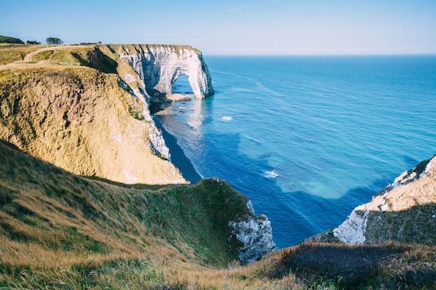 Bekijk van bovenaf naar de baai en de albasten klifbaai van etretat, frankrijk