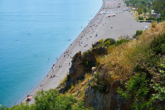 Bekijk van bovenaf naar het prachtige strand