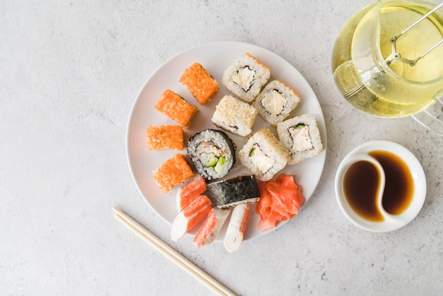 Bekijk van bovenaf sushi assortimenten plaat