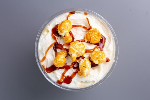 Bekijk van bovenaf zoete milkshake met popcorn.