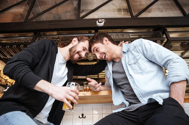 Bekijk van onderen van dronken vrienden op bar