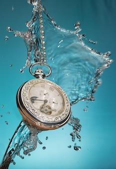 Bekijk vintage zak en water van dichtbij met blauwe achtergrond