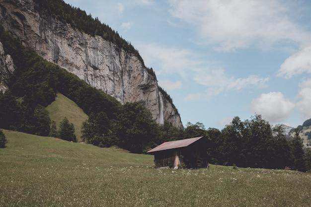 Bekijk waterval staubbach vallen in de bergen, vallei van watervallen in de stad lauterbrunnen, zwitserland, europa. zomerlandschap, zonneschijn, dramatische lucht en zonnige dag
