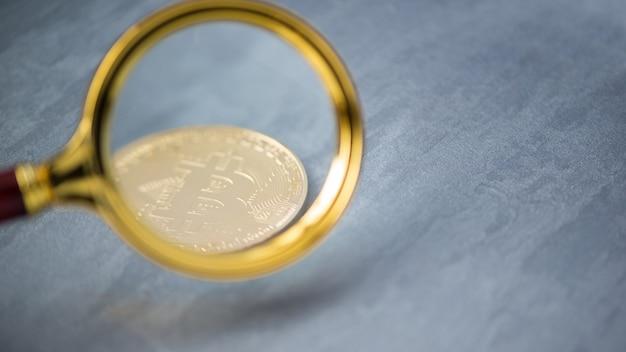 Bekijken en de toename van bitcoin door een vergrootglas. elektronisch geld