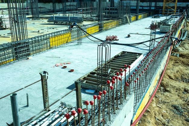 Bekisting van de fundamenten van een gebouw in aanbouw.