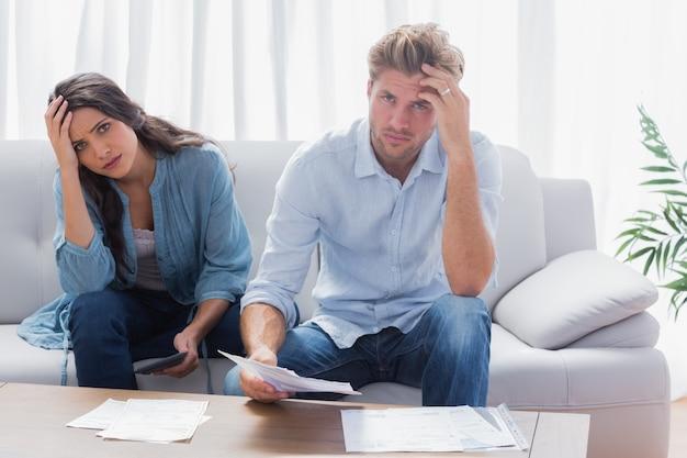 Beklemtoond paar die hun rekeningen doen