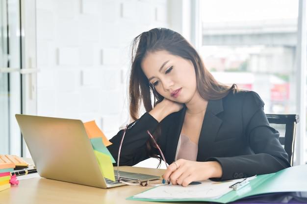 Beklemtoonde bedrijfsvrouwenzitting in het bureau