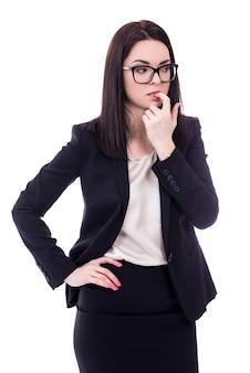 Beklemtoonde jonge zakenvrouw die haar vinger bijt die op witte achtergrond wordt geïsoleerd