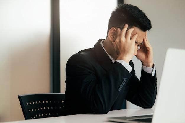 Beklemtoonde overwerkte bedrijfsmens op het kantoor.