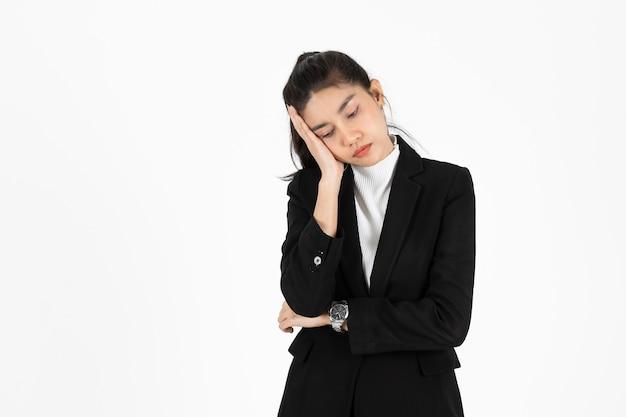 Beklemtoonde overwerkte jonge aziatische bedrijfsvrouw