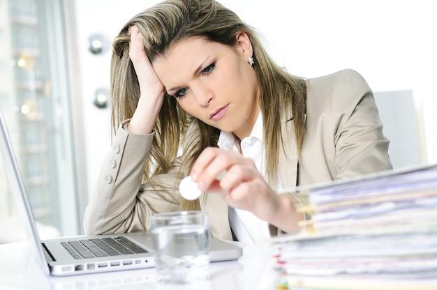 Beklemtoonde vrouw op het kantoor