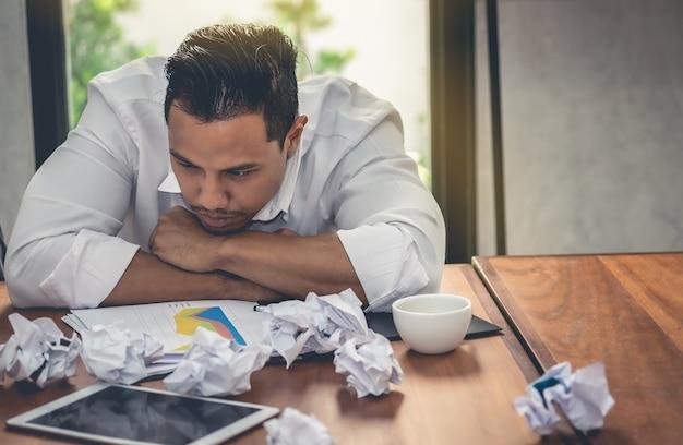 Beklemtoonde zakenlieden hebben problemen met het falen van wat ze kunnen verwachten.