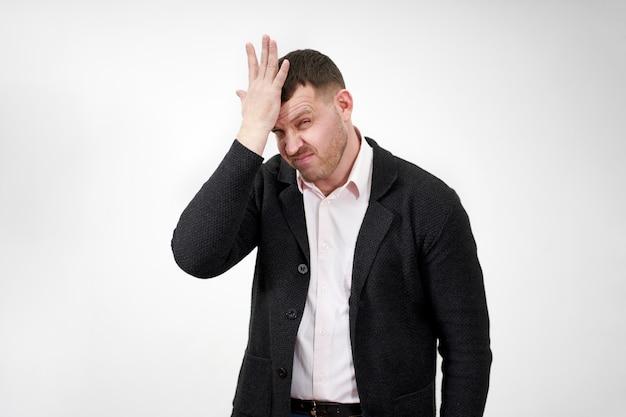 Beklemtoonde zakenman met hand op het voorhoofd, droefheid en teleurgesteld concept