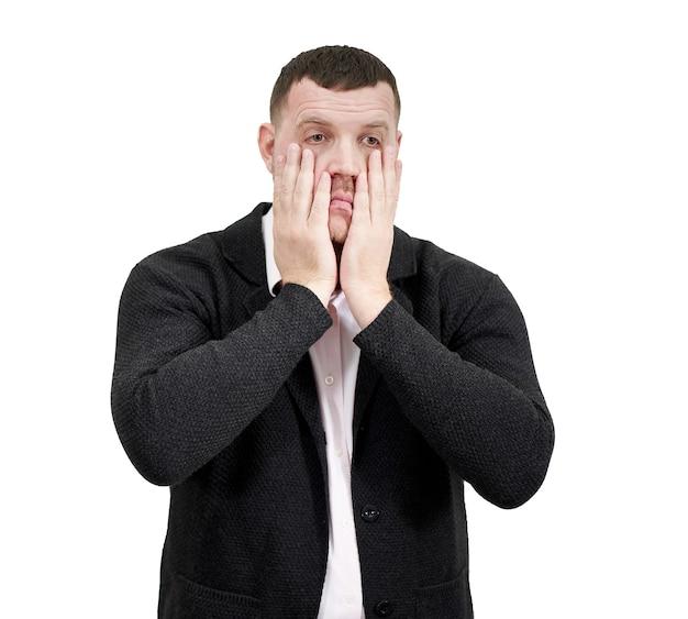 Beklemtoonde zakenman met handen op het gezicht, verdriet en teleurgesteld concept