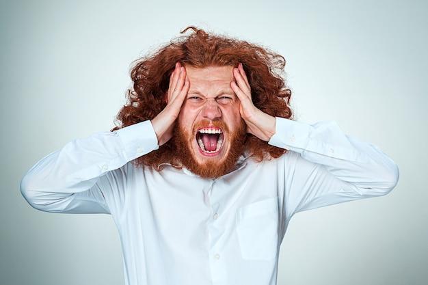 Beklemtoonde zakenman met hoofdpijn