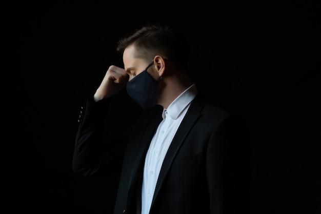 Beklemtoonde zakenman met status van het beschermings medische masker
