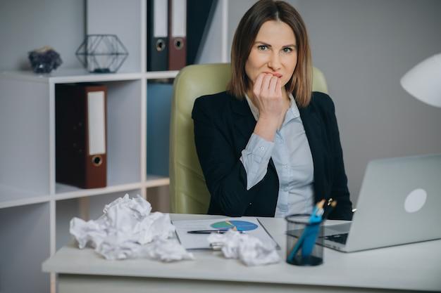 Beklemtoonde zakenvrouw geïrriteerd met vastgelopen laptop, boze vrouw gek op computerprobleem gefrustreerd door gegevensverlies, online fout, softwarefout of systeemstoring