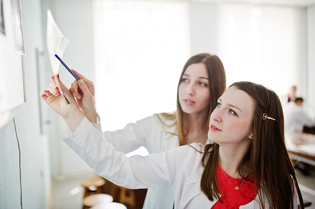 Bekwame artsen kijken naar röntgenfoto's van het lichaamsdeel van hun patiënt in het ziekenhuis.