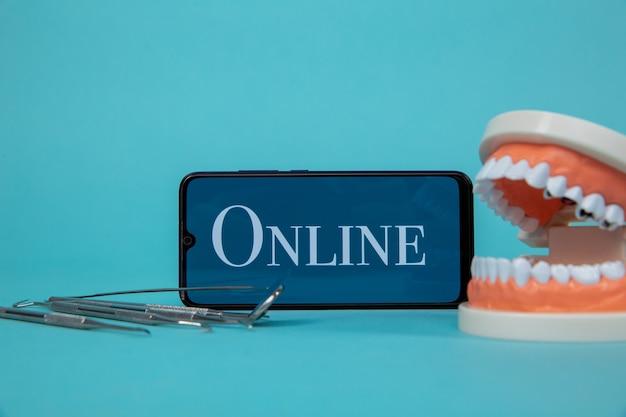 Bel online afspraak met het tandartsconcept.