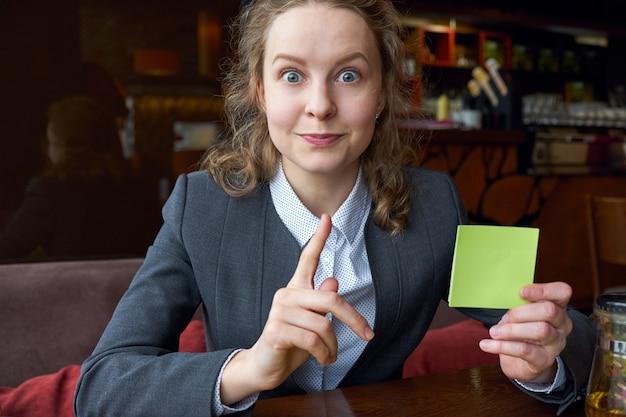 Belangrijk. emotionele vrouw met sticker. duim omhoog, idee