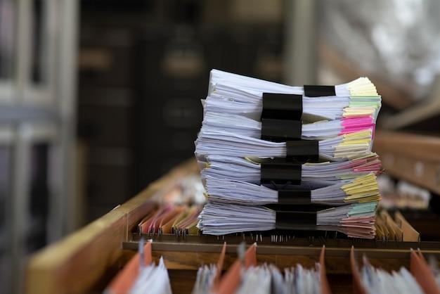 Belangrijke documenten op een bureau op kantoor.