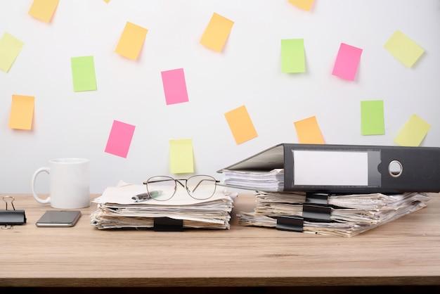 Belangrijke documenten op het bureau.