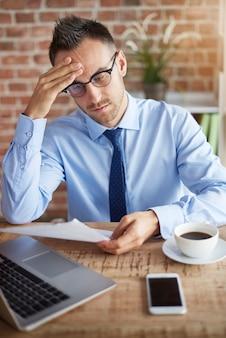 Belangrijke documenten op kantoor controleren