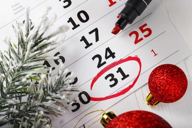 Belangrijke oudejaarsavond datum die wordt geleid in een kalender een notitie voor een vergadering