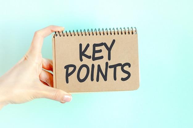 Belangrijke punten woord inscriptie op kaartpapier vel in handen van een zakenvrouw