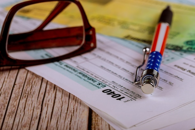 Belasting 1040 formulieren met pen, bril met accountantskantoor individuele aangifte inkomstenbelasting
