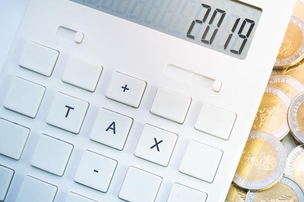 Belasting 2019 op calculator voor zaken en belastingconcept.
