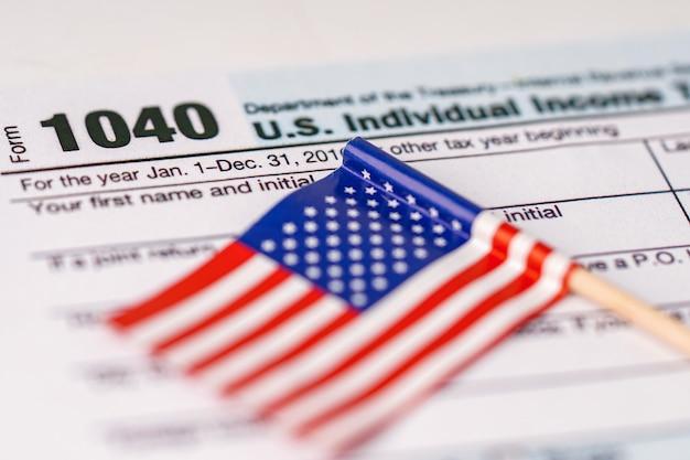 Belastingaangifte formulier 1040 en vlag van de vs.