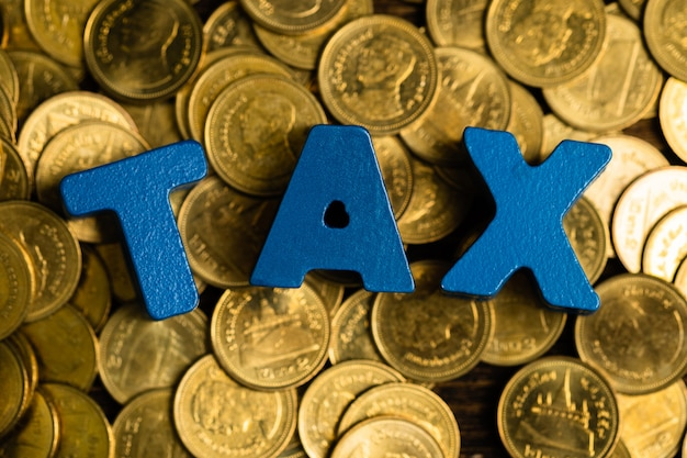 Belastingalfabet met stapel van munt