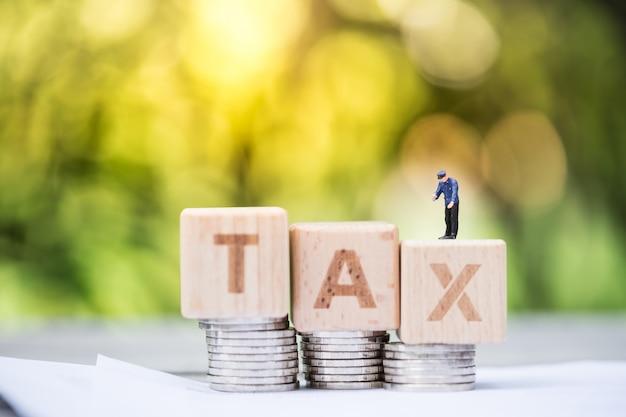Belastingambtenaar met een woordblok
