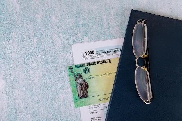 Belastingdatum-tijd-aangifteformulier 1040 us individual income en dagelijks notitieblok
