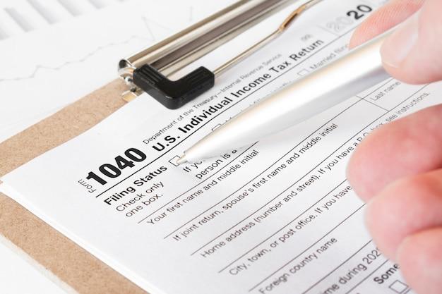 Belastingformulier 1040 voor belastingjaar 2012 voor amerikaanse individuele belastingaangifte met pen