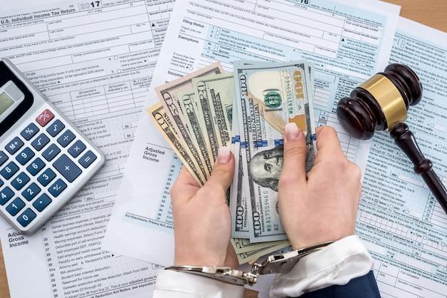 Belastingformulier concept - geld vorm handboeien hamer