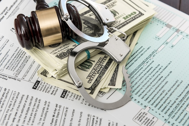 Belastingformulier concept ons geld met handboeien hamer liggend op de federale belasting