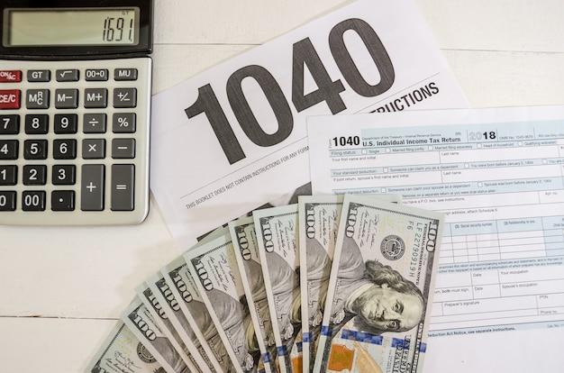 Belastingformulieren 1040 en rekenmachine met dollars