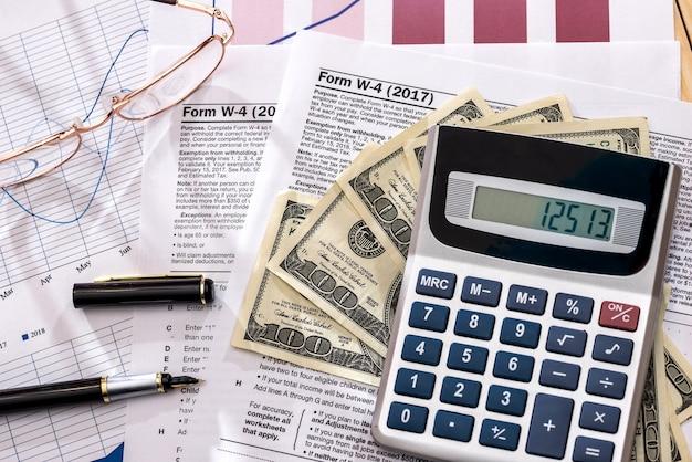Belastingformulieren 1120 met rekenmachine en kleurrijke grafieken