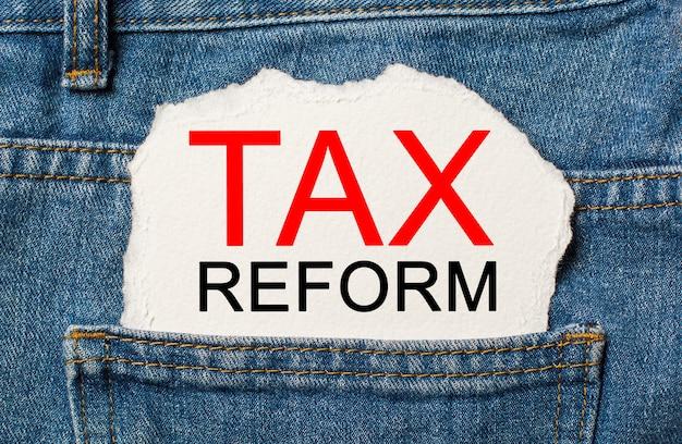 Belastinghervorming op gescheurd papier achtergrond op jeans business en finance concept