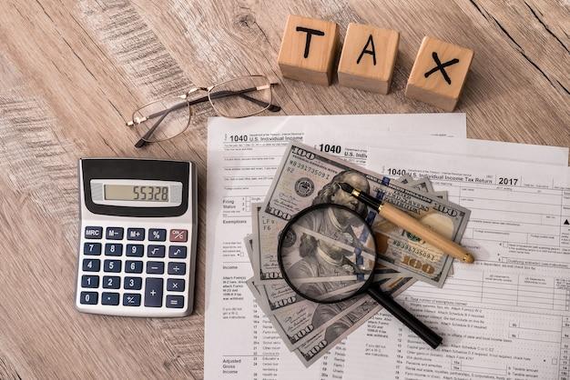 Belastingmaatschappij op houten tafel 1040 formulier met dollar