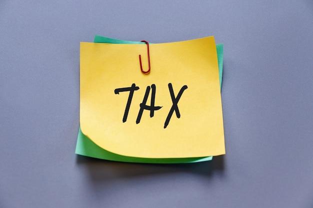 Belastingwoord op gele papieren notitie