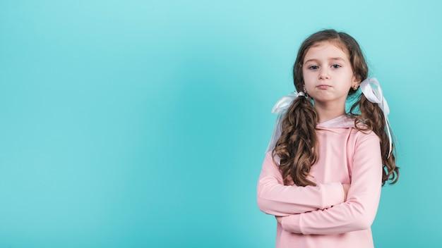 Beledigd meisje dat zich met gekruiste wapens bevindt