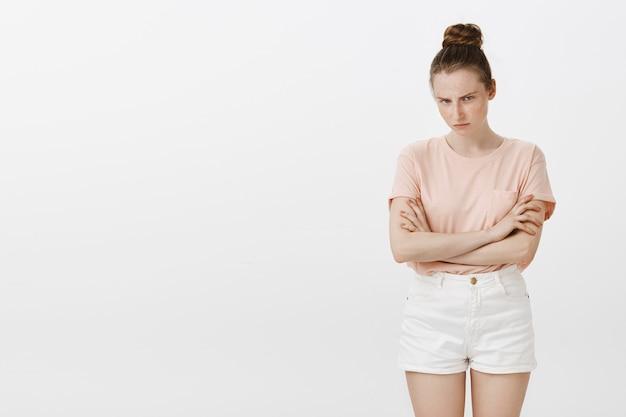 Beledigd mokkend tienermeisje dat boos en verdrietig kijkt