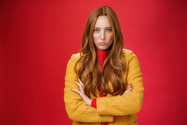 Beledigde en boze roodharige vriendin die haar ongenoegen en haat uitdrukt omdat ze te lang wacht met oversteken ...